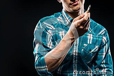 Mann mit Zigarette