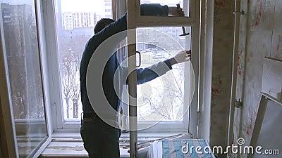 Mann repariert hölzernes Fenster Ersetzen Sie defektes Glas auf Fenster stock footage