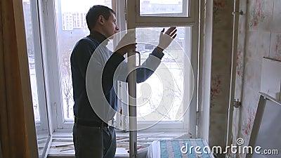 Mann repariert hölzernes Fenster Ersetzen Sie defektes Glas auf Fenster stock video