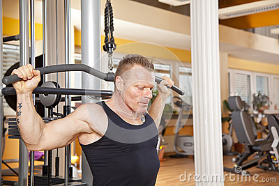 Mann in seinen Vierzigern trainierend in der Gymnastik