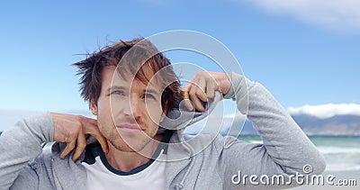 Mann tragender Hoodie am Strand stock video footage