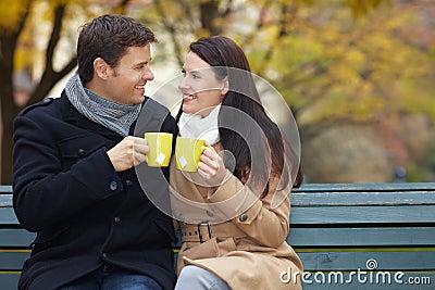 Mann und Frau klirren Gläser
