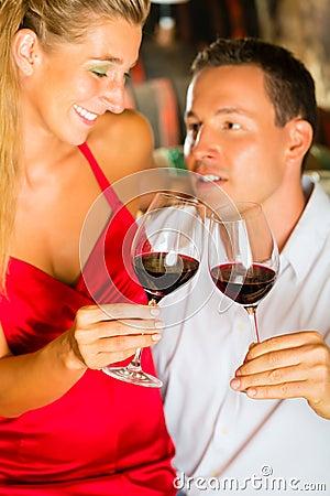 Mann und Frau Tasking wine im Keller