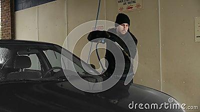Mann wäscht Auto in der Selbst-Aufschlags-Waschanlage (Winter) stock video