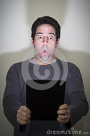 Mann wird durch eine digitale Tablette überrascht