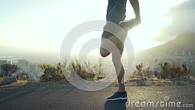 Mannelijke agent die zijn been voor de het toenemen zon uitrekken stock videobeelden