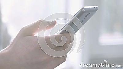 Mannelijke bedrijfmanager die zaken maken roepen, close-up van hand het draaien telefoonaantal stock video