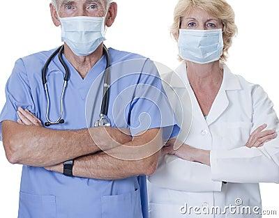 Mannelijke en vrouwelijke arts die maskers dragen