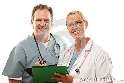 Mannelijke en Vrouwelijke Artsen die over Dossiers kijken