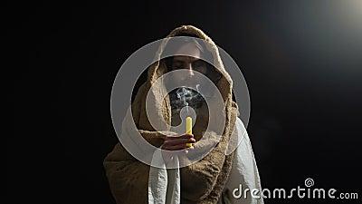 Mannelijke gelijke Jesus die op kaars na evangelie blazen, biddende god, spiritualiteit stock footage
