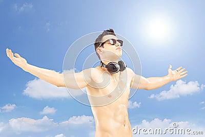 Mannelijke toerist met speakerphones die zijn wapens en het gesturing uitspreiden