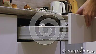 Mannen öppnar den pull-out kökasken med skjuter systemet stock video