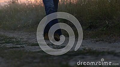 Mannen går på vägen lager videofilmer
