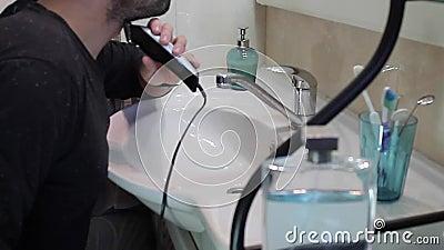 Mannen rakar i badrummet stock video