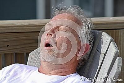 Mannen ta sig en tupplur utomhus- snarka