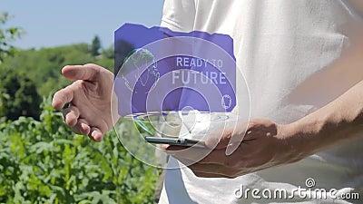 Mannen visar begreppshologrammet som är klart till framtid på hans telefon stock video