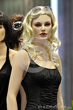 Mannequin fêmea no desfile de moda