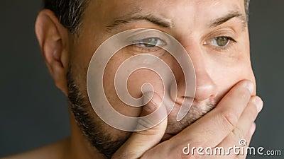 Mannetje in depressie stock footage