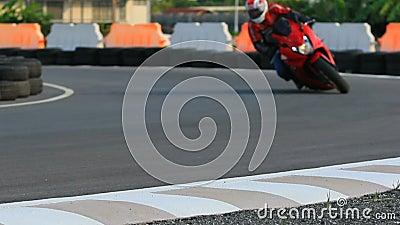 Mannreitsportmotorrad auf scharfer Kurve stock video