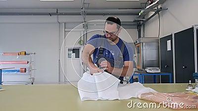 Mannverpackungsprodukt auf Tabelle in der Fabrik stock video footage