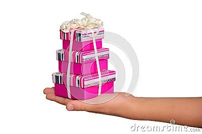 Mano con los rectángulos de regalo vendados, aislados en blanco