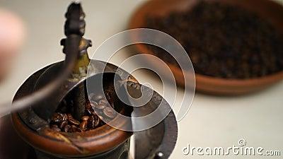 Mano de Barista Grinding Coffee Beans en amoladora de café del vintage metrajes