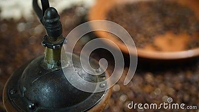 Mano de Barista Grinding Coffee Beans en amoladora del vintage almacen de metraje de vídeo