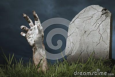 Resultado de imagen de foto de una mano de miedo saliendo de la tierra