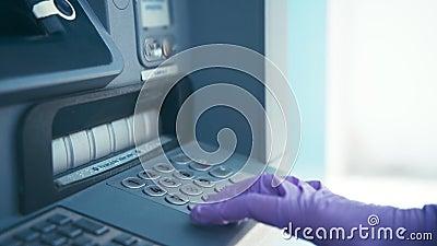 Mano della donna in guanti protettivi di lattice con una bancomat archivi video