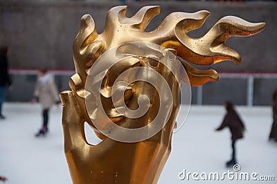 Mano di PROMETHEUS & fiamma, centro del Rockefeller, NYC Fotografia Editoriale