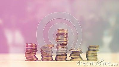 Mano que apila monedas como ahorros del dinero, presupuesto casero de manejo y finanzas metrajes