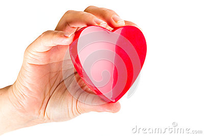 Mano que lleva a cabo el corazón como símbolo del amor
