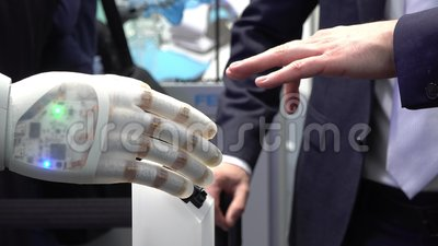 Mano y robot humanos como símbolo de la conexión entre la gente y la tecnología de inteligencia artificial almacen de metraje de vídeo