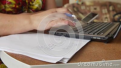 Manos femeninas que hacen cálculos de las finanzas caseras, de las cuentas houskeeping, de la inversión, de la economía, del dine metrajes