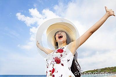 Manos levantadas felices de la mujer joven