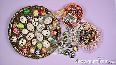 Manos poniéndose en una canasta con huevos de Pascua cerca de la canasta sobre fondo rosa La Pascua es sagrada 4 kK almacen de video