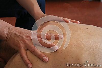 Manos que dan masajes detrás
