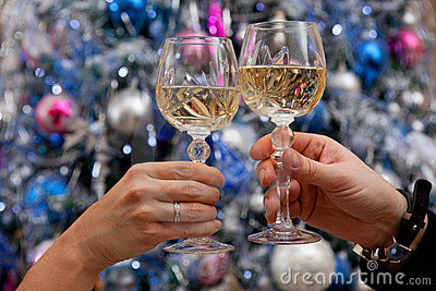 Manos que sostienen los vidrios de champán