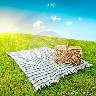 Manta y cesta de la comida campestre