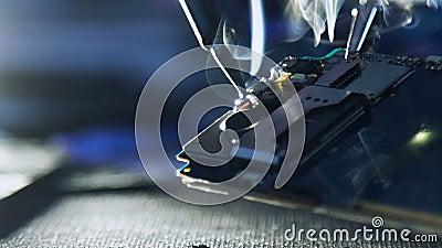 Mantenga soldar roto de los alambres del teléfono del taller de reparaciones almacen de metraje de vídeo