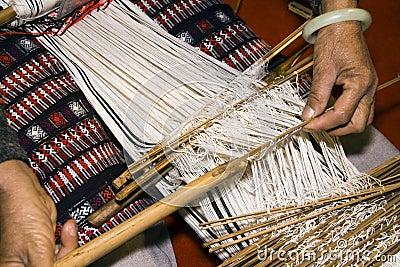 Manual weaving loom