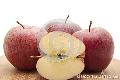Manzana partida en dos en tarjeta de borde
