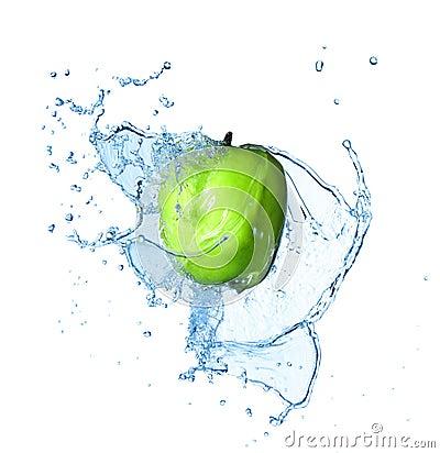 Manzana verde con el chapoteo grande del agua