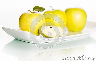 Manzanas en la placa aislada en el fondo blanco.