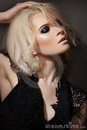 Maquillaje de la manera. Modelo rubio atractivo en alineada negra