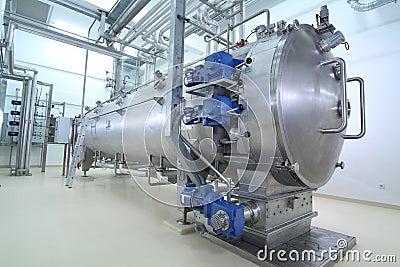 Maquinaria em uma planta de produção farmacêutica