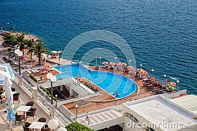Mar con la piscina Imagen de archivo editorial