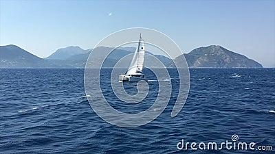 Mar Ionian, Grécia, barco de vela do catamarã filme