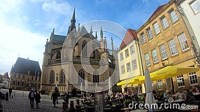 Marché et église Marienchurch à Osnabrück, Allemagne clips vidéos