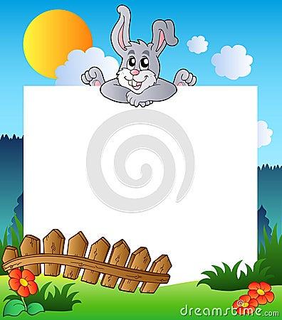 Marco de Pascua con el conejito que está al acecho